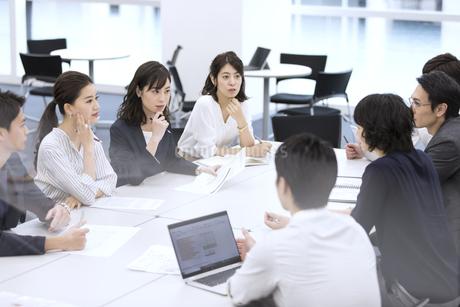 打ち合わせ中のビジネスマンの写真素材 [FYI03060147]