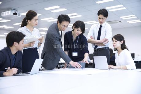 打ち合わせ中のビジネスマンの写真素材 [FYI03060149]