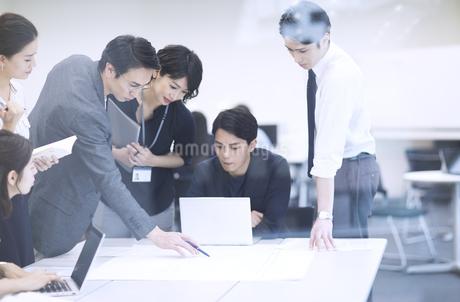 打ち合わせ中のビジネスマンの写真素材 [FYI03060152]