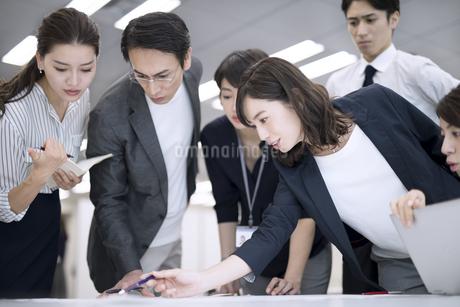 打ち合わせ中のビジネスマンの写真素材 [FYI03060153]