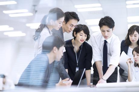打ち合わせ中のビジネスマンの写真素材 [FYI03060154]