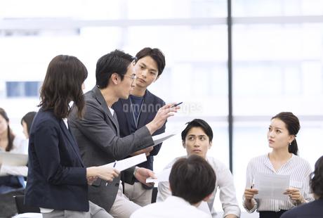 打ち合わせ中のビジネスマンの写真素材 [FYI03060156]