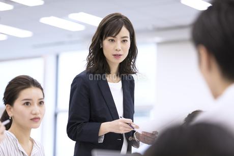 会議で発言をするビジネス女性の写真素材 [FYI03060158]