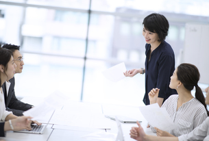 会議で発言をするビジネス女性の写真素材 [FYI03060159]