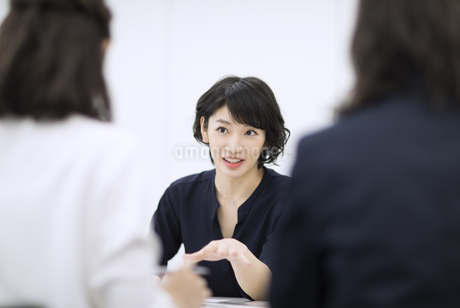 会議で発言をするビジネス女性の写真素材 [FYI03060160]