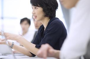 会議で発言をするビジネス女性の写真素材 [FYI03060161]
