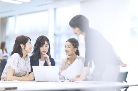 打ち合わせ中の4人のビジネス女性の写真素材 [FYI03060177]