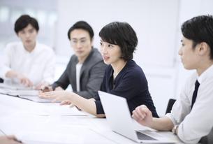会議で発言をするビジネス女性の写真素材 [FYI03060178]