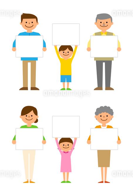 メッセージボードを持った三世代家族のイラスト素材 [FYI03061225]