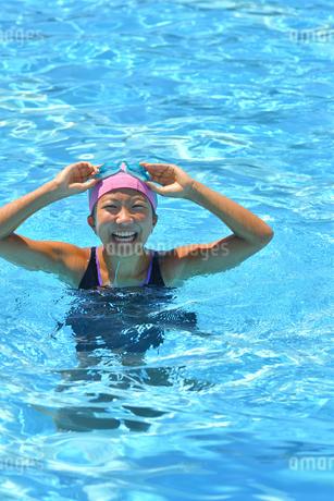 プールで泳ぐ女の子の写真素材 [FYI03063638]