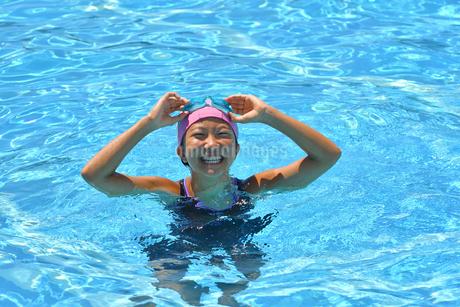 プールで泳ぐ女の子の写真素材 [FYI03063674]