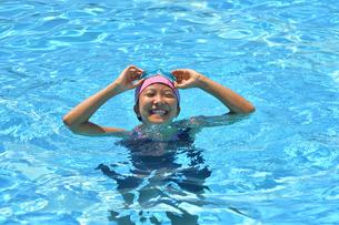 プールで泳ぐ女の子の写真素材 [FYI03063707]