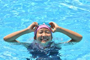 プールで泳ぐ女の子の写真素材 [FYI03063773]