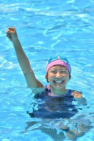プールでガッツポーズをきめる女の子の写真素材 [FYI03063844]