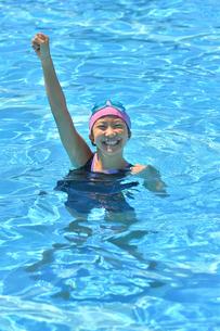 プールでガッツポーズをきめる女の子の写真素材 [FYI03063918]