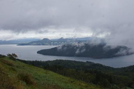 霧の美幌峠(屈斜路湖)の写真素材 [FYI03076514]