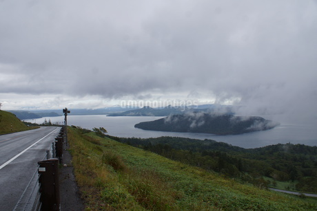 霧の美幌峠(屈斜路湖と国道)の写真素材 [FYI03076528]