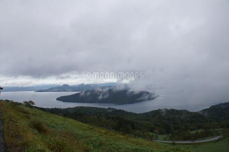 霧の美幌峠(屈斜路湖と国道)の写真素材 [FYI03076556]