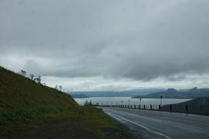 美幌峠から見た風景 屈斜路湖と国道の写真素材 [FYI03076557]