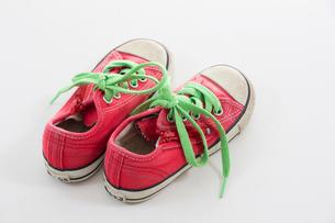 履き古した子供用のスニーカーの写真素材 [FYI03081332]