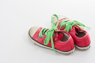 履き古した子供用のスニーカーの写真素材 [FYI03081345]