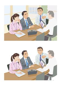 他社との比較をタブレットで見せている上司のイラスト素材 [FYI03102209]