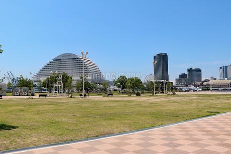 神戸・メリケンパークの芝生広場の写真素材 [FYI03102734]