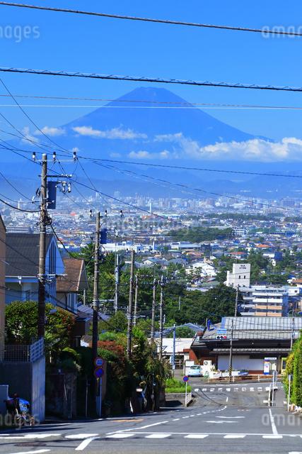 富士山の見える住宅街の写真素材 [FYI03104810]
