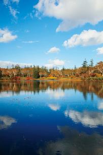 沼畔から秋の神仙沼の写真素材 [FYI03104980]