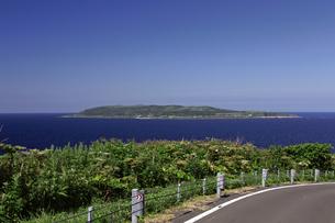 焼尻島から見える天売島の写真素材 [FYI03105601]