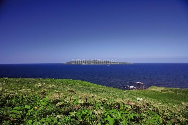 焼尻島から見える天売島の写真素材 [FYI03105605]