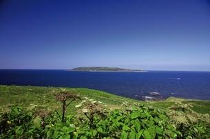 焼尻島から見える天売島の写真素材 [FYI03105853]