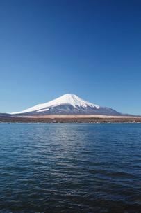 山中湖から望む冬の富士山の写真素材 [FYI03106141]