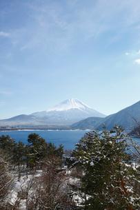 浩庵キャンプ場前より望む本栖湖と富士山の写真素材 [FYI03106146]