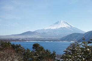 浩庵キャンプ場前より望む本栖湖と富士山の写真素材 [FYI03106147]