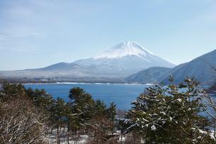 浩庵キャンプ場前より望む本栖湖と富士山の写真素材 [FYI03106148]