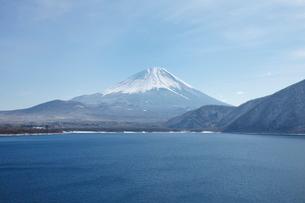 浩庵キャンプ場前より望む本栖湖と富士山の写真素材 [FYI03106149]