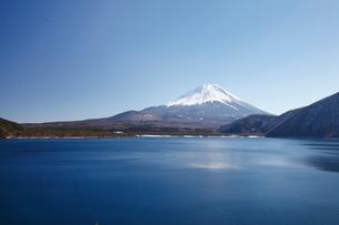浩庵キャンプ場前より望む本栖湖と富士山の写真素材 [FYI03106153]