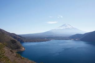 中之倉峠展望台から望む本栖湖と富士山の写真素材 [FYI03106154]