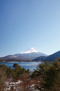 浩庵キャンプ場前より望む本栖湖と富士山の写真素材 [FYI03106156]