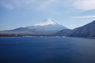 浩庵キャンプ場前より望む本栖湖と富士山の写真素材 [FYI03106157]