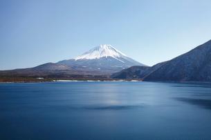 浩庵キャンプ場前より望む本栖湖と富士山の写真素材 [FYI03106158]