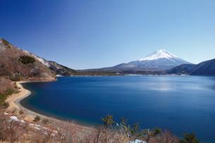 浩庵キャンプ場前より望む本栖湖と富士山の写真素材 [FYI03106160]