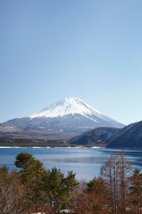 浩庵キャンプ場前より望む本栖湖と富士山の写真素材 [FYI03106161]