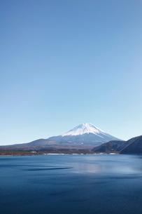 浩庵キャンプ場前より望む本栖湖と富士山の写真素材 [FYI03106162]