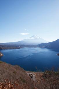 中之倉峠展望台から望む本栖湖と富士山の写真素材 [FYI03106163]