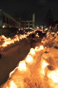 雪あかりの路の写真素材 [FYI03107051]