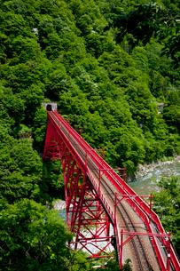 やまびこ展望台より眺める黒部峡谷トロッコ列車の写真素材 [FYI03108010]