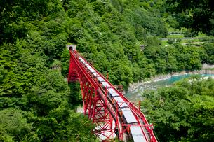やまびこ展望台より眺める黒部峡谷トロッコ列車の写真素材 [FYI03108020]