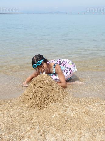 海水浴を楽しむ女の子の写真素材 [FYI03108753]